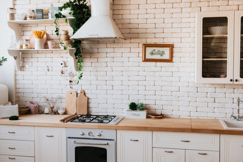 Cuisine claire avec étagère