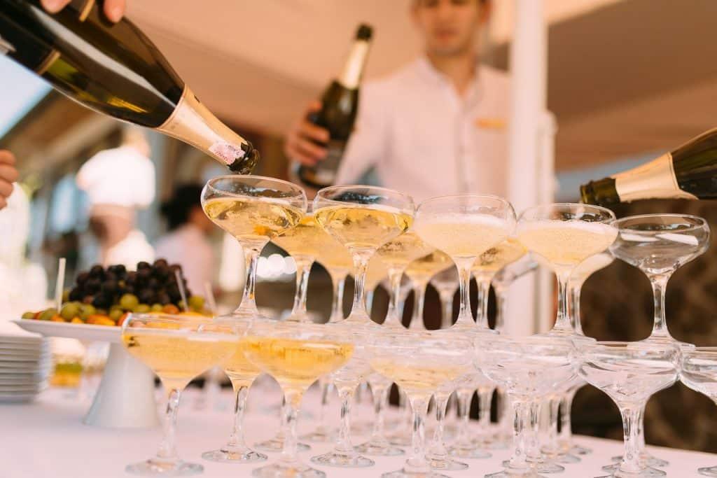 Serveur remplissant coupe de champagne