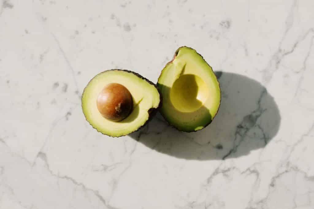 Avocat coupé en deux, noyau