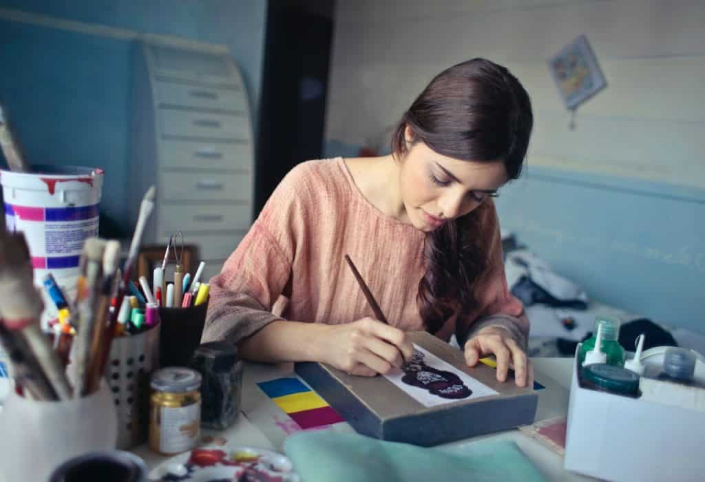 Crayon, femme dessinant, porte crayon