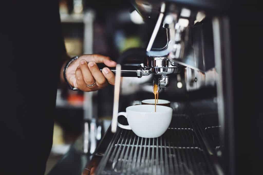 Machine à café, machine à expresso dans un bar