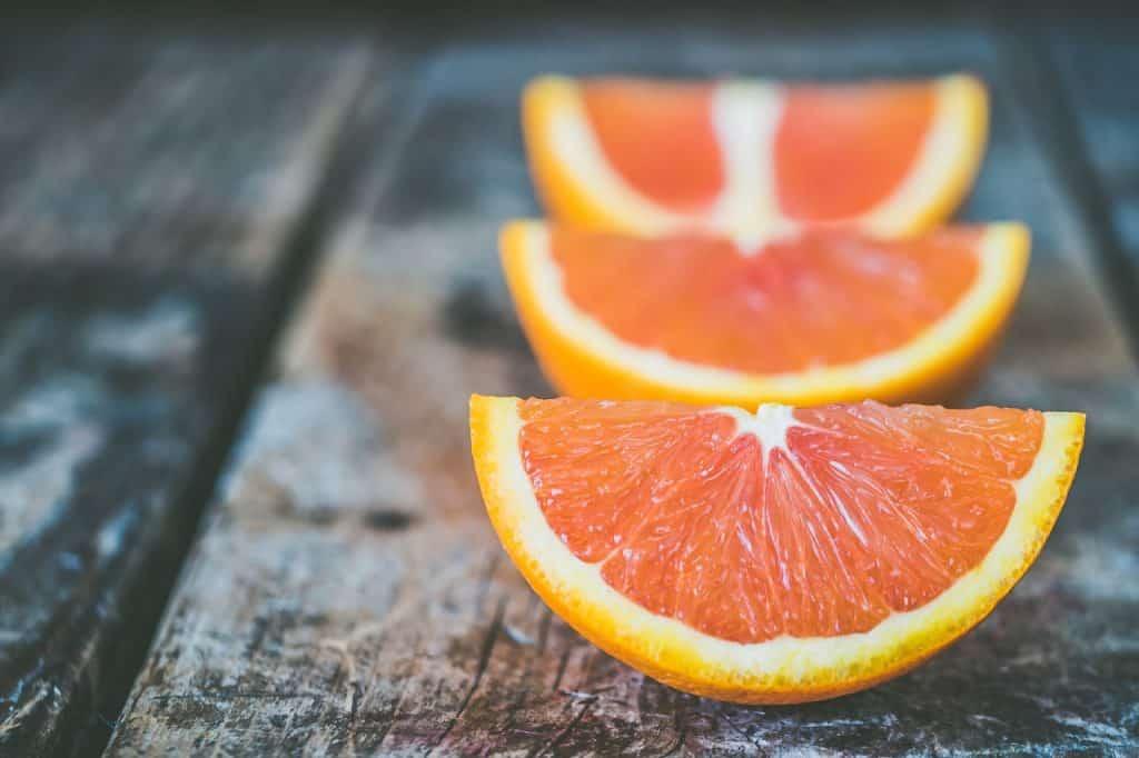 quartiers d'orange sur table en bois