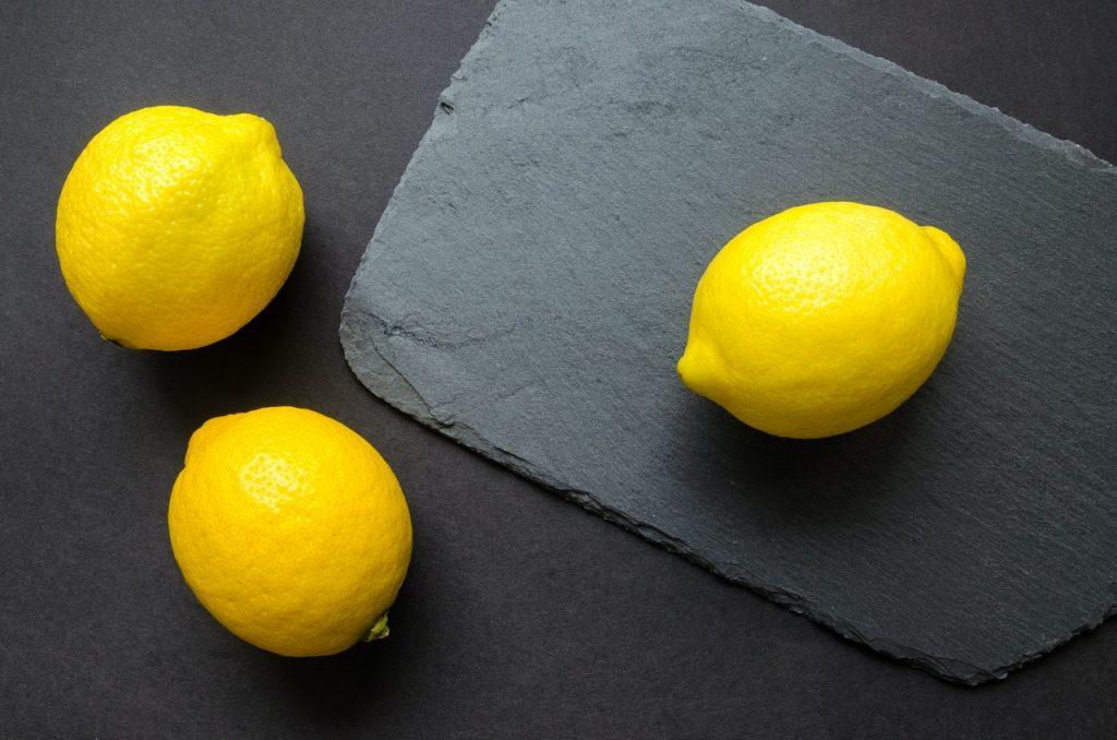 3 citrons jaunes, sur ardoise