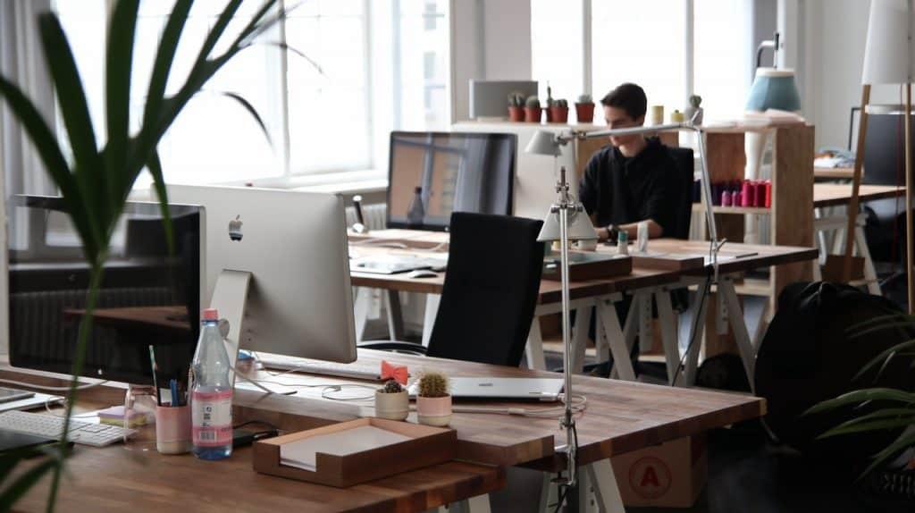 Bureau d'entreprise disposé en open space