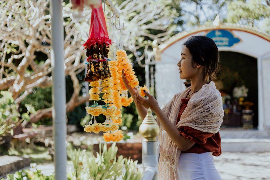 Thaïlandaise regardant collier de fleurs