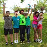 Enfants heureux en colonies de vacances, nouveaux amis et activités