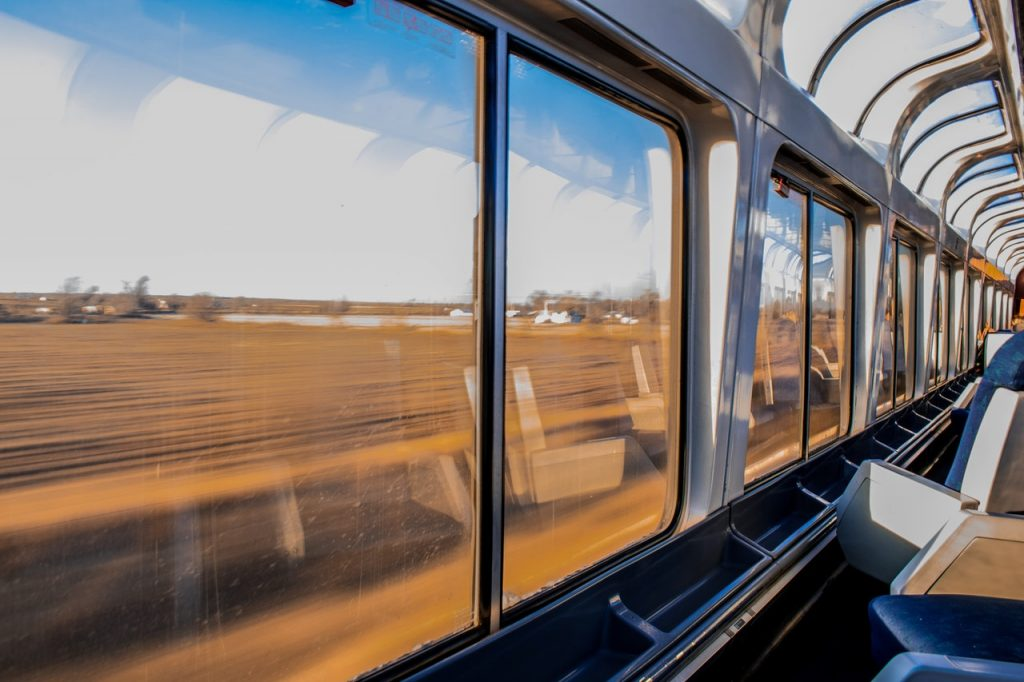 intérieur d'un train avec vu sur la campagne