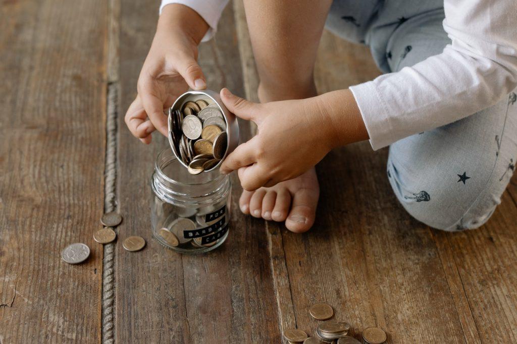 Petit enfant avec un bocal, d'argent de poche