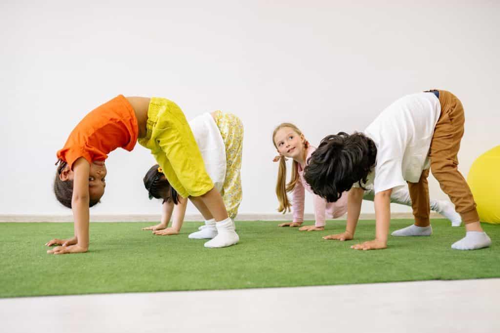 Enfants faisant de la gym à l'école, professeur de sport