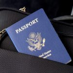 Passeport bleu americain dans une poche de valise